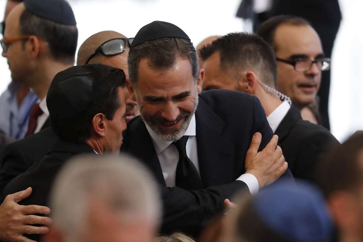 Mexican President Enrique Peña Nieto (left) and Spanish King Felipe VI (right) talk during the funeral.