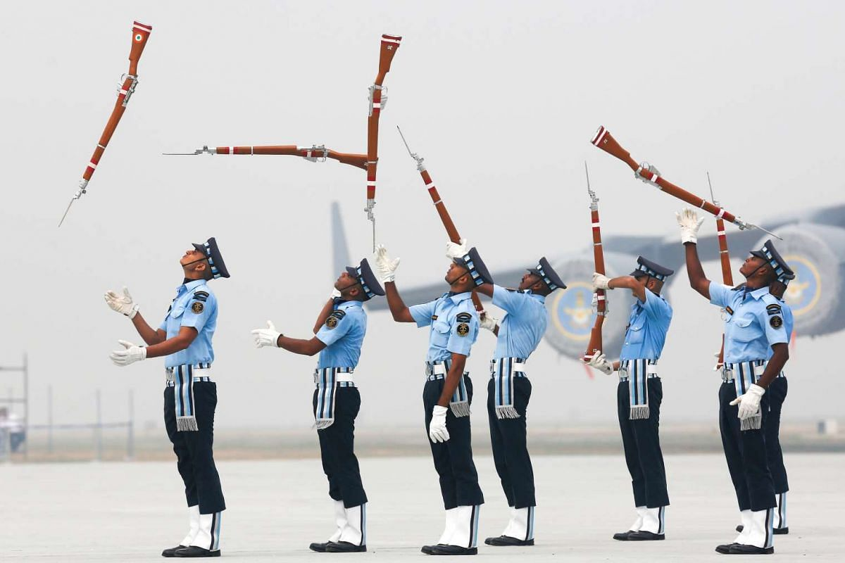 Indian Air Force soldiers toss their rifles as they perform during the full-dress rehearsal for Indian Air Force Day at the Hindon air force station on the outskirts of New Delhi, India, October 6, 2016. PHOTO: REUTERS