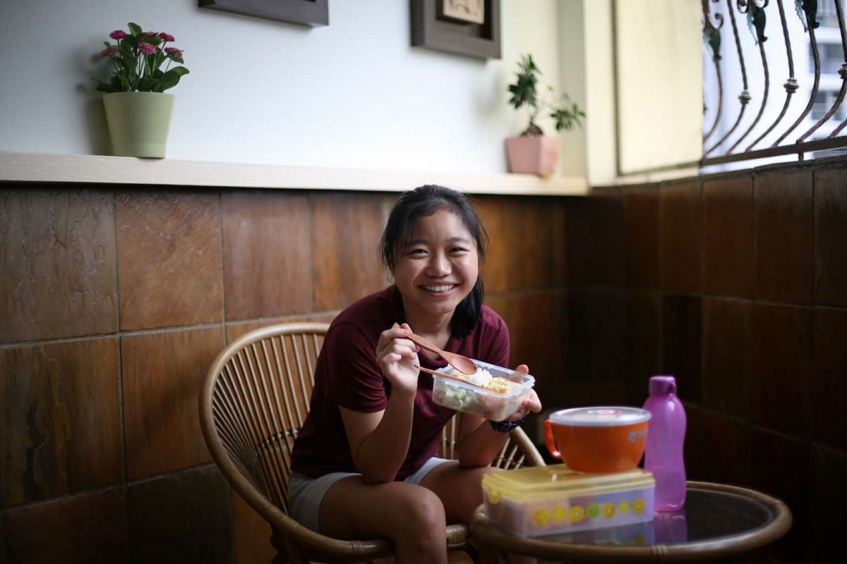 Ms Oan Jia Xuan, 18, uses her own reusable containers to take away food.