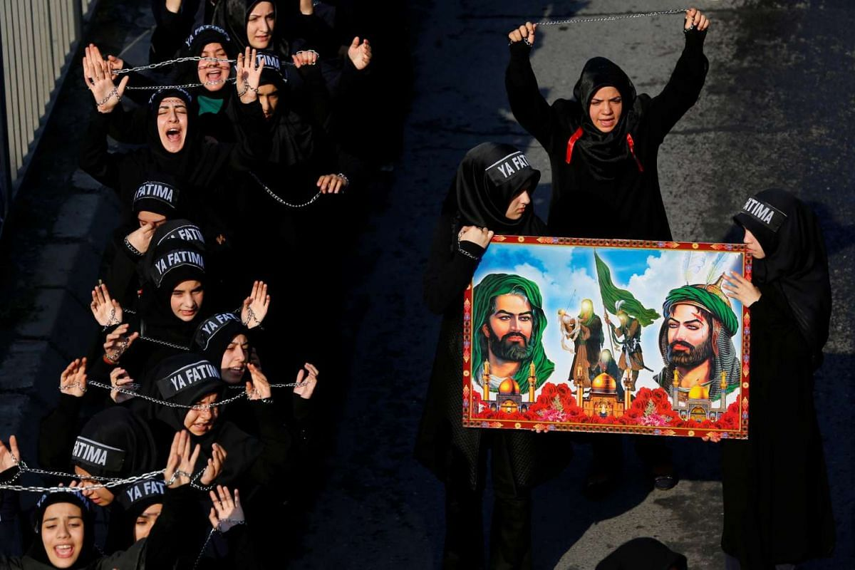 Shi'ite Muslim women shout Islamic slogans as they mourn during an Ashura procession in Istanbul, Turkey, October 11, 2016. PHOTO: REUTERS