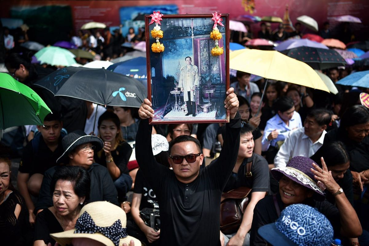 Crowds waiting in the heat outside the Grand Palace in Bangkok, to pay their respects to the late King Bhumibol Adulyadej.