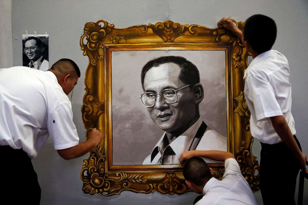 Students paint a portrait of the late King Bhumibol Adulyadej at a university near the Grand Palace in Bangkok, Thailand October 17, 2016. PHOTO: REUTERS