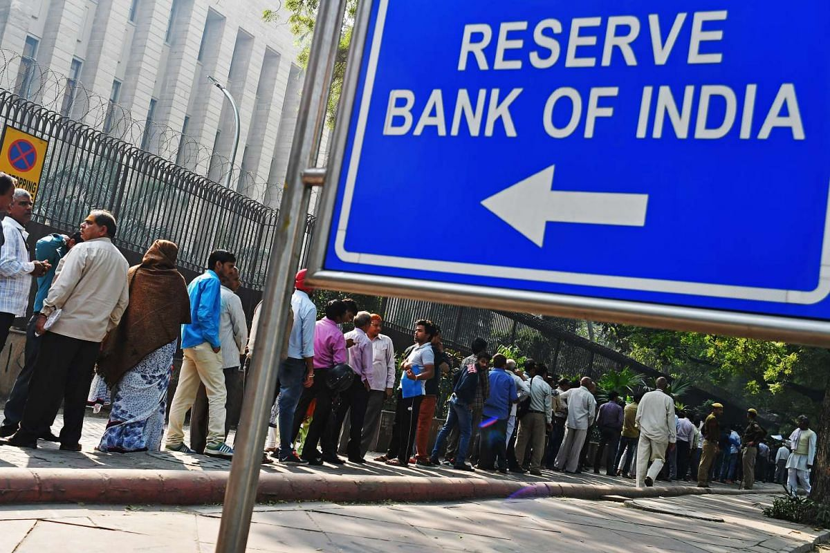 People stand in line to exchange Indian five hundred and one thousand rupee banknotes outside the Reserve Bank of India (RBI) headquarters in New Delhi, India on Nov 10, 2016.