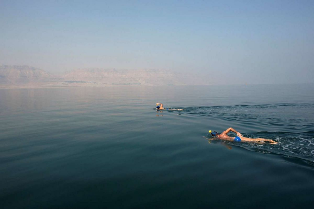 """Environmental activists take part in """"The Dead Sea Swim Challenge"""", swimming from the Jordanian to Israeli shore, to draw attention to the ecological threats facing the Dead Sea, in Kibbutz Ein Gedi, Israel November 15, 2016. PHOTO: REUTERS"""