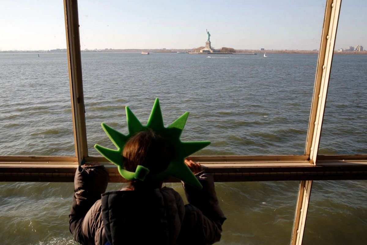 Avril Garcia of Mexico City rides the Staten Island Ferry in New York, U.S., November 17, 2016. PHOTO: REUTERS