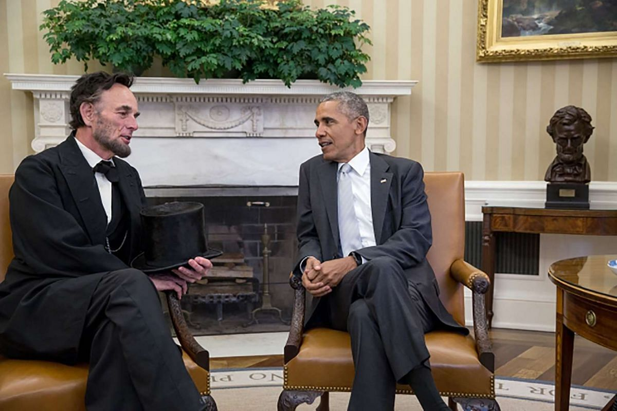 """President Barack Obama visits with Abraham Lincoln interpreter Richard """"Fritz"""" Klein of Springfield, Illinois, in the Oval Office, on Oct 28, 2016."""