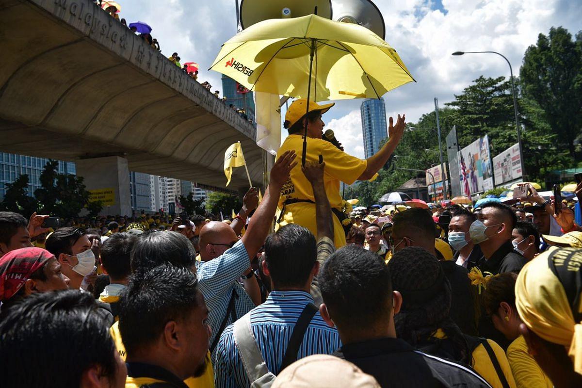 Civil rights activist and lawyer Ambiga Sreenevasan addressing the crowd at Jalan Bangsar after negotiations with the police.