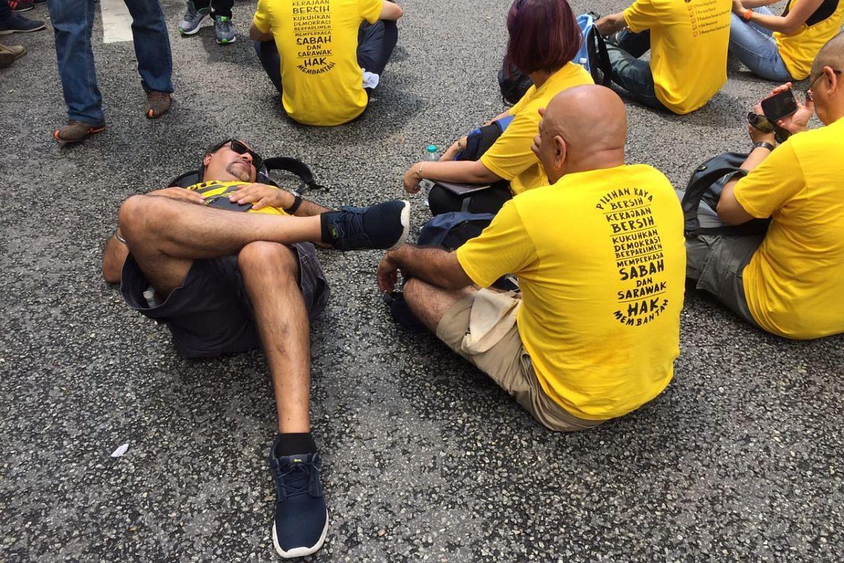 A Bersih supporter resting along Jalan Tuanku Abdul Rahman.