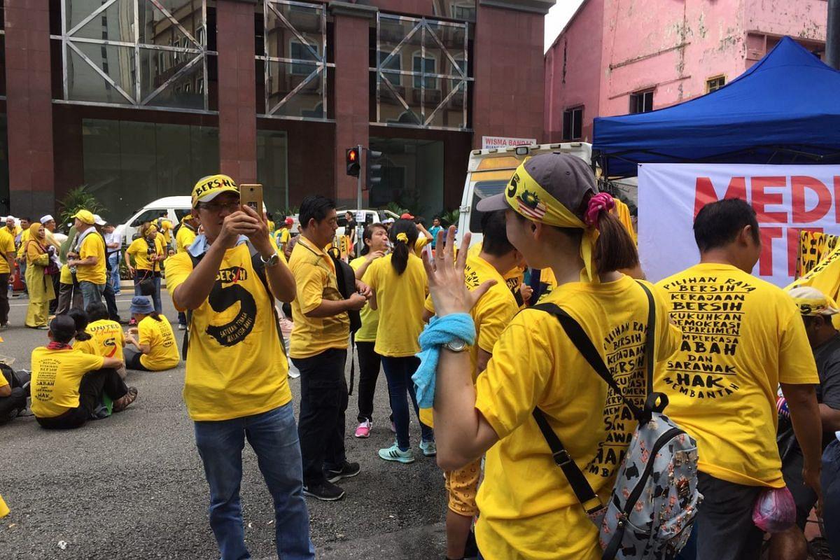 Bersih supporters taking photos along Jalan Tuanku Abdul Rahman.