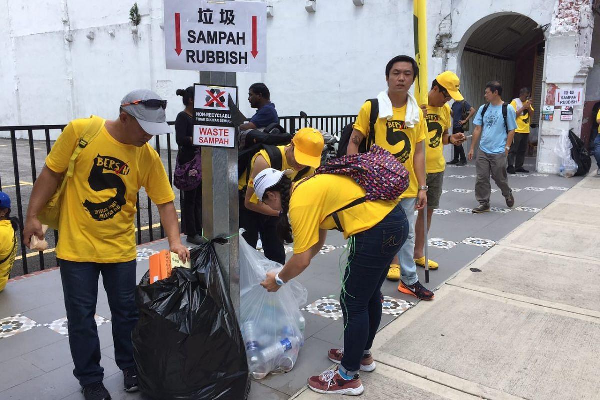 Bersih supporters throwing away their trash along Jalan Tuanku Abdul Rahman.