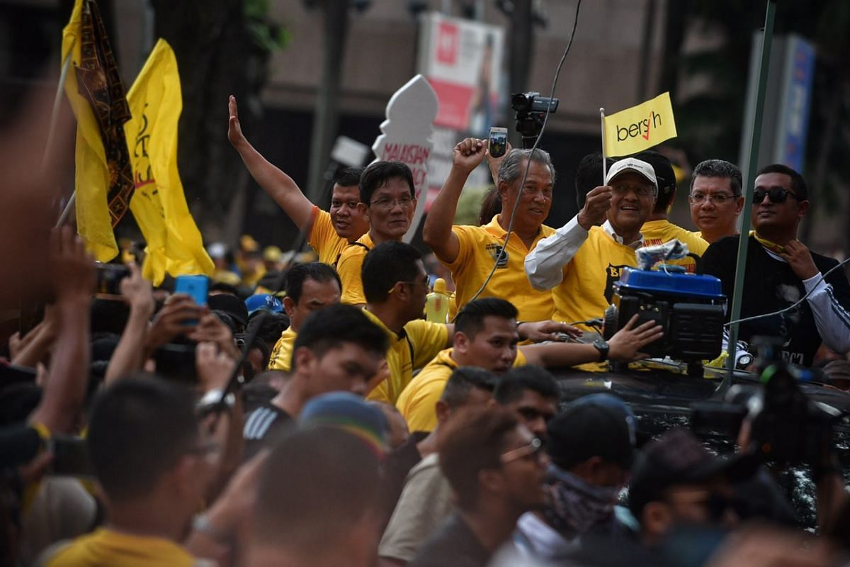 Former Malaysia Prime Minister Mahathir Mohamad greeting Bersih rally protesters outside the KLCC on Saturday (Nov 19).
