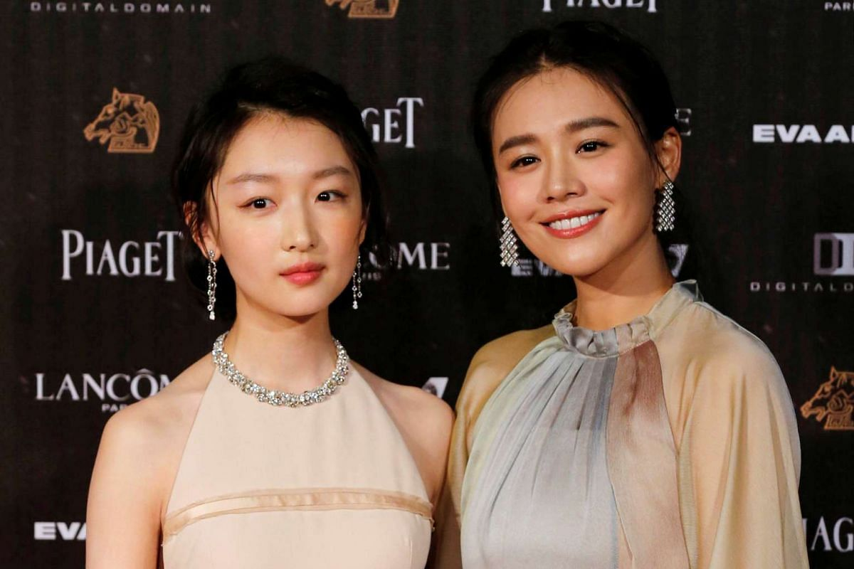 Actresses Zhou Dongyu (left) and Ma Sichun pose on the red carpet at the 53rd Golden Horse Awards in Taipei on Nov 26, 2016.