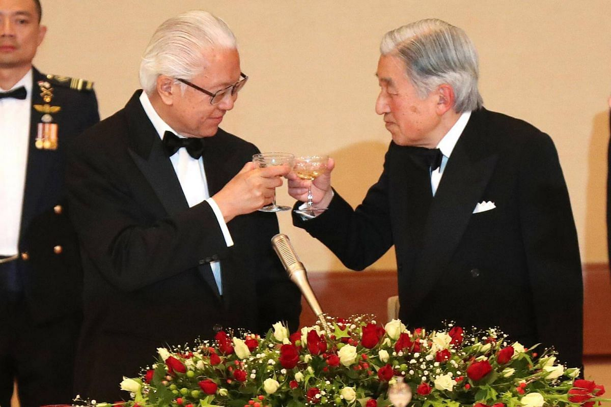 Emperor Akihito (right) and Dr Tan sharing a toast at a state banquet on Nov 30, 2016.