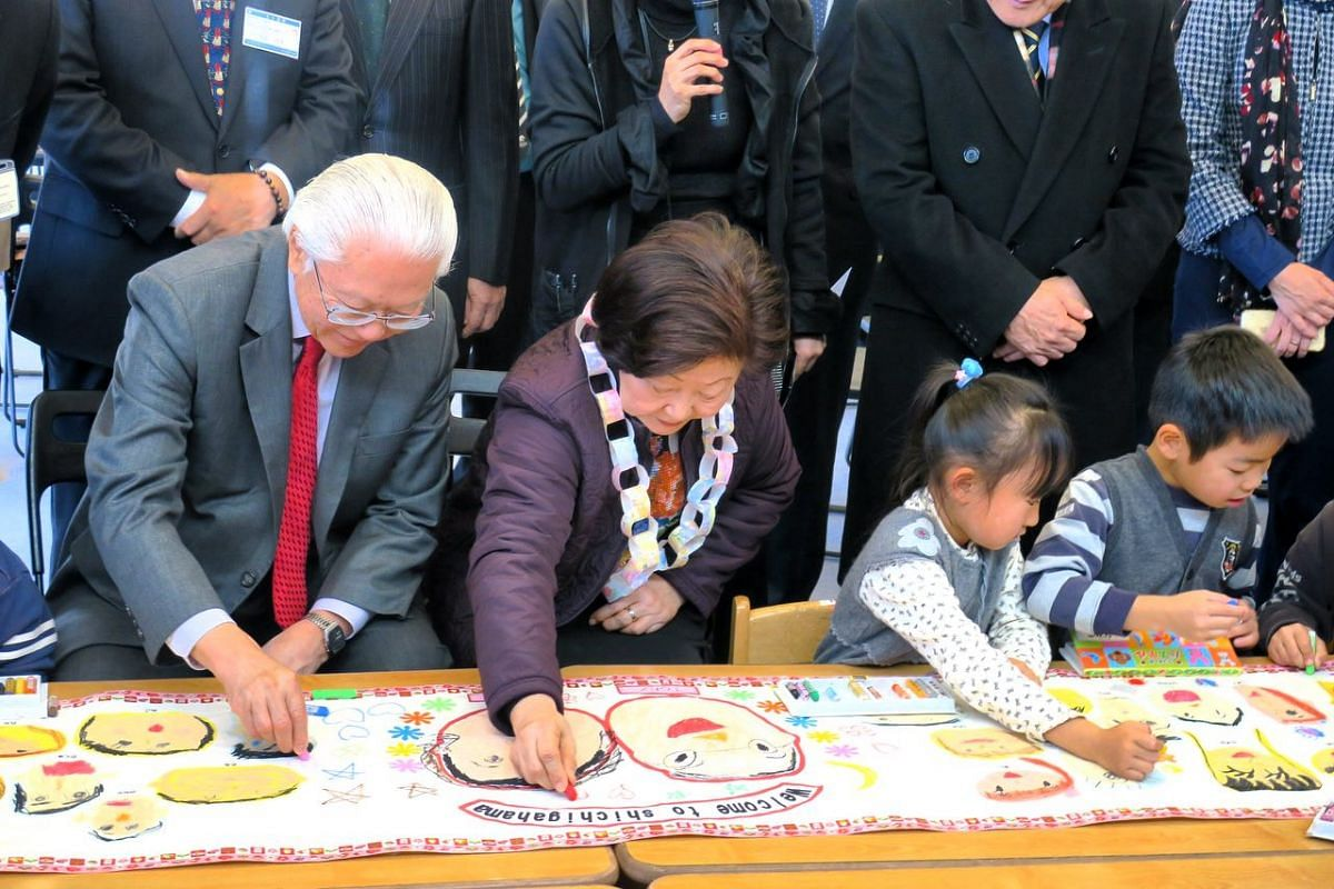 President Tony Tan Keng Yam and his wife Mrs Mary Tan completing a banner drawing with pupils of Shichigahama Toyama Nursery School. The banner was presented as a gift to the Singapore delegation.