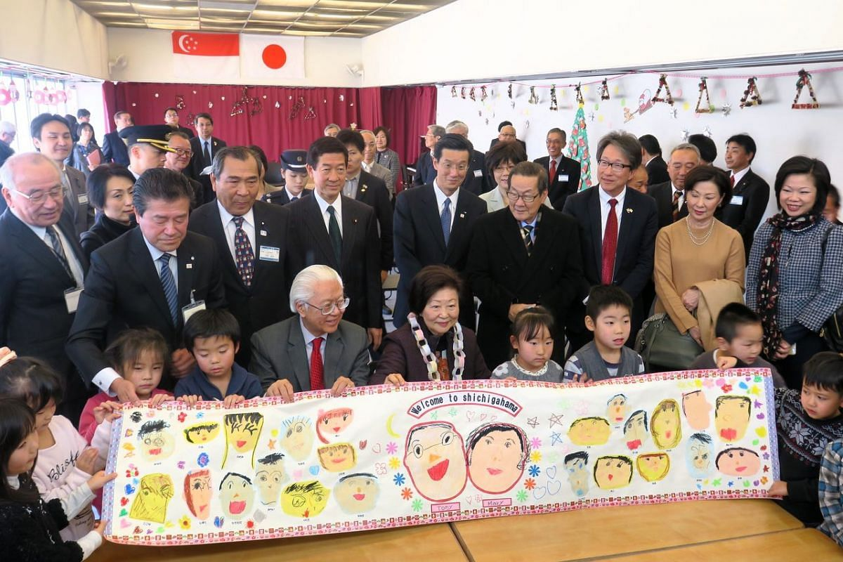 Pupils of Shichigahama Toyama Nursery School , together with President Tony Tan Keng Yam and Mrs Mary Tan, worked on a drawing that was presented to Dr Tan.