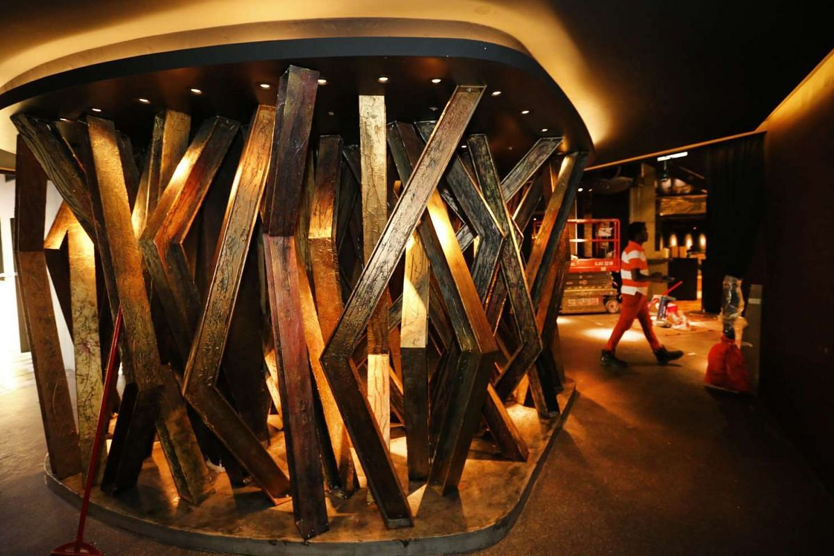 A sculptural metal feature separates the entry foyer from the main room at Zouk.