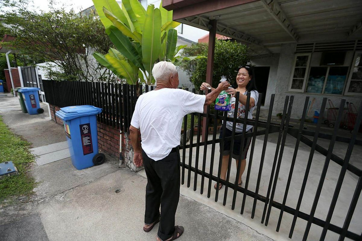 Mr Foo Kee See delivering a loaf of bread to his customer in Serangoon Gardens.