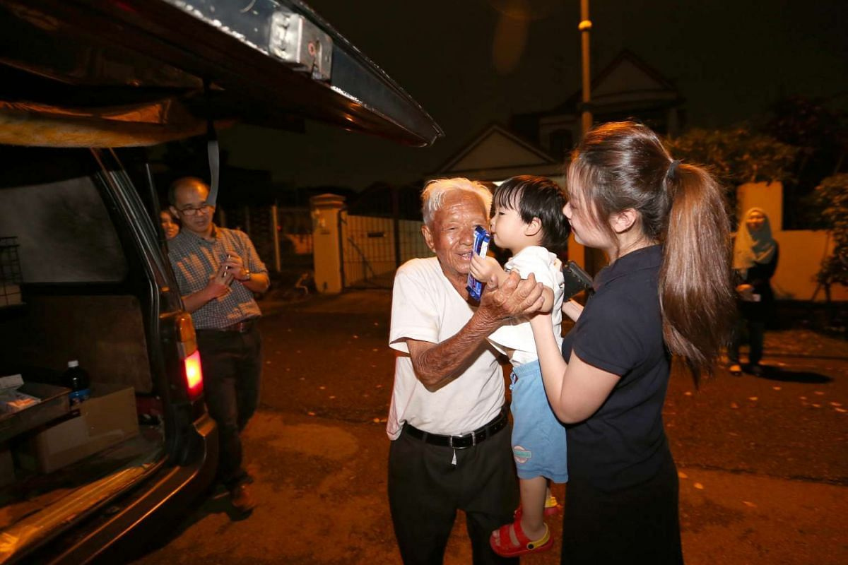 Two-year-old Ryder Koh bids farewell to Mr Foo Kee See, also known as Uncle Bread, who made his final round selling provisions in Serangoon Gardens and Seletar Hills Estate on Jan 11, 2017.