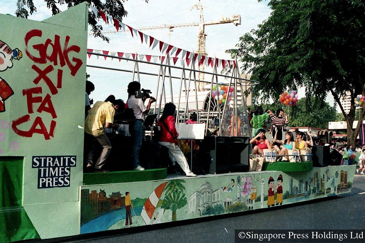 1987: The procession is led by a Straits Times Press float with Japanese pop singer Eri Murata and Japanese dance trio, The Schoolmates. This is the first time that foreign acts have taken part in the parade and they have since become part of Chingay