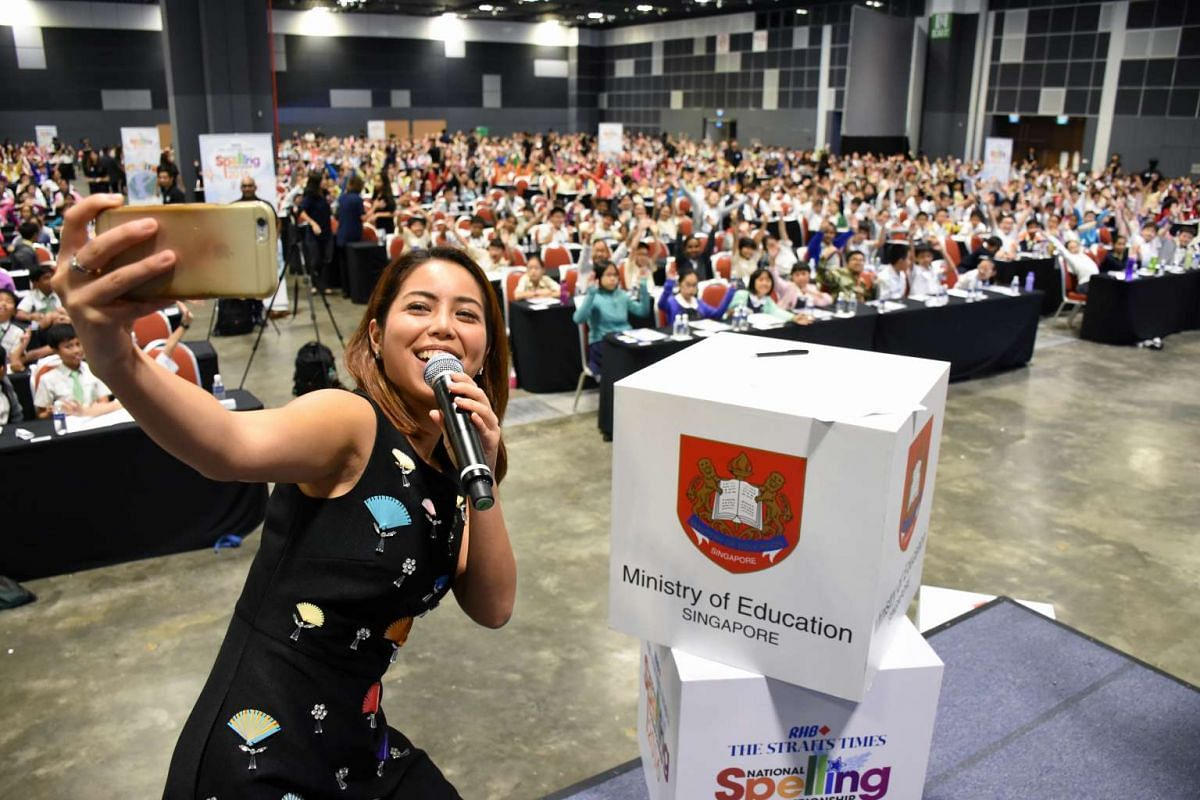Emcee and Kiss92 radio deejay Charmaine Yee taking a wefie with pupils at the first round of The Big Spell on Mar 26, 2016.