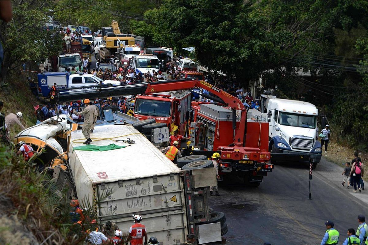 A bus and a truck crashed on the road that links the Honduran capital with the south of the country, near Germania, 11 km south of Tegucigalpa on Feb 5, 2017.