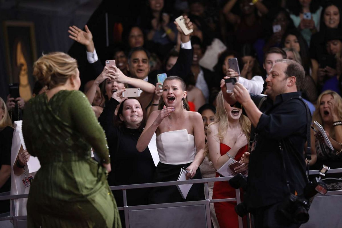 Fans react as singer Adele arrives at the 59th Annual Grammy Awards in Los Angeles, California, U.S. , February 12, 2017. PHOTO: REUTERS