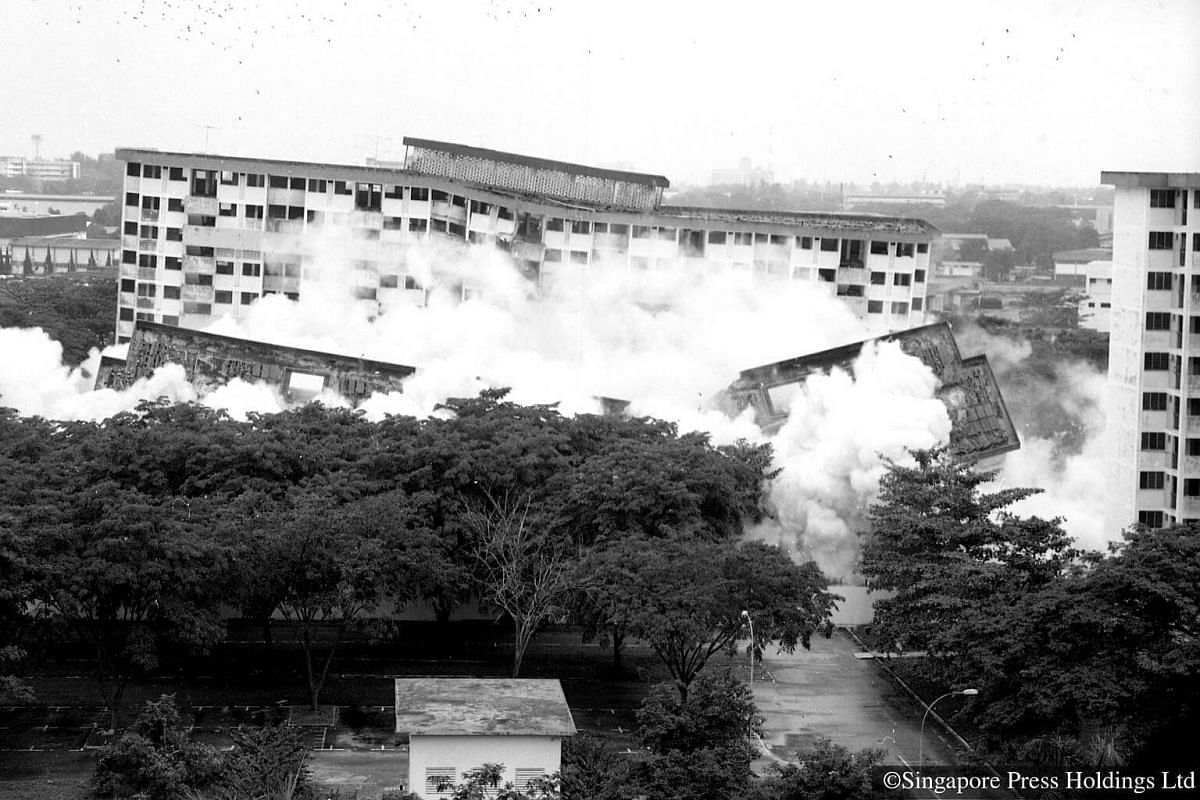 1989: Four blocks of flats at Boon Lay Drive were demolished using explosives. This area is now where Summerdale condominium is located.