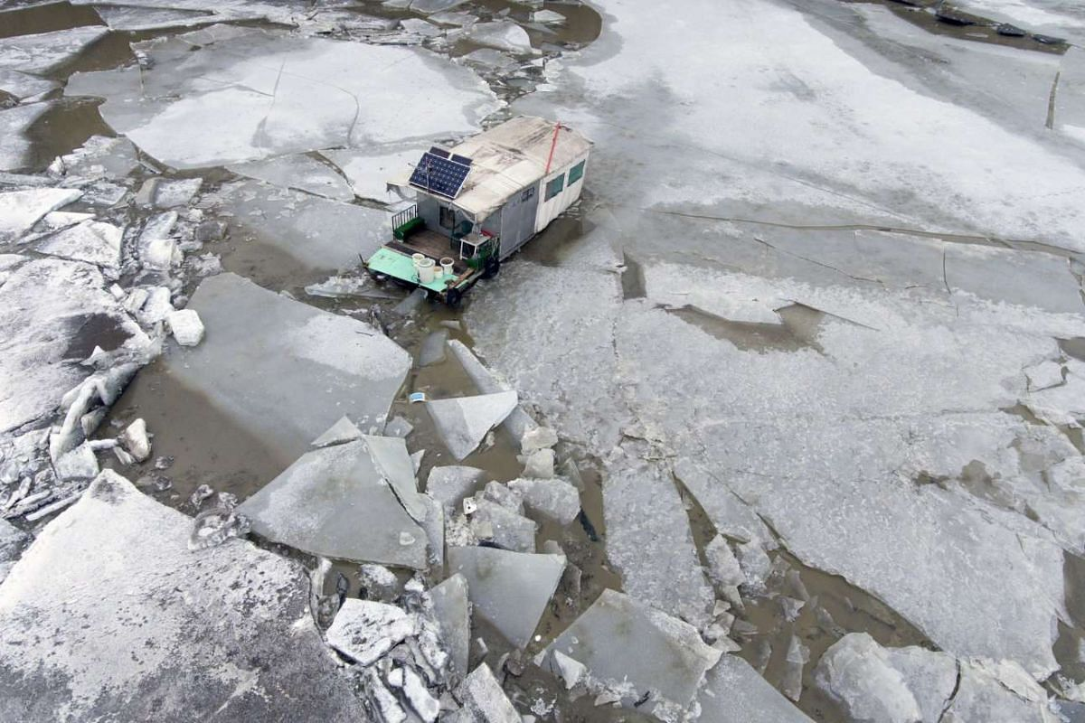 A mobile house used for fishing is caught in drifting ice-floes on the River Tisza at Tiszafured, 146 kms east of Budapest, Hungary, February 14, 2017. PHOTO: EPA