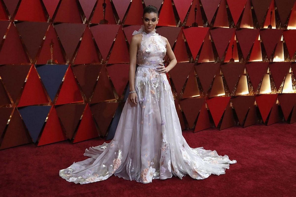 Hailee Steinfeld posing on the red carpet during the 89th Academy Awards in Hollywood, California, on Feb 26, 2017.