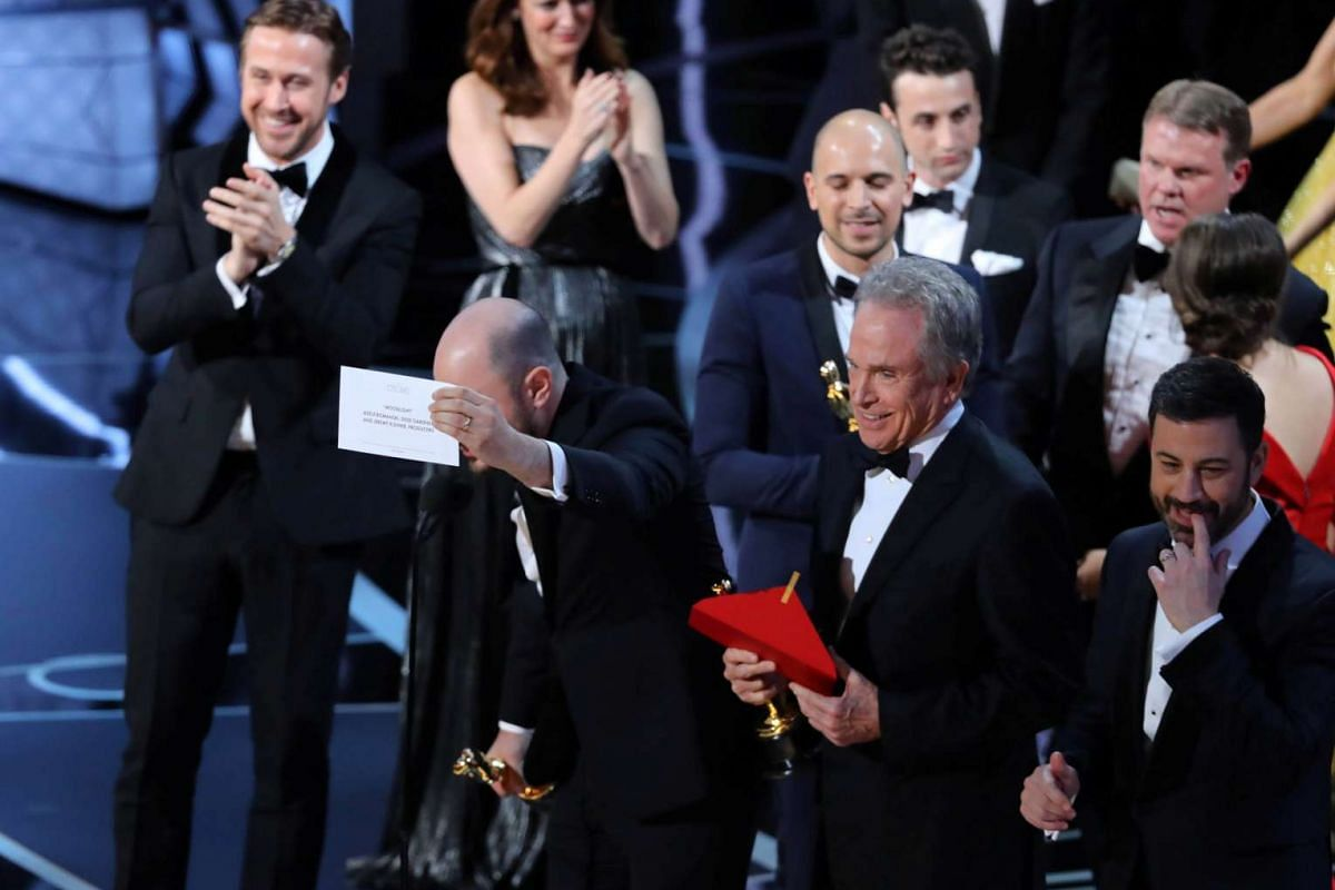 Jordan Horowitz holding up the card for Best Picture next to Warren Beatty and Jimmy Kimmel.