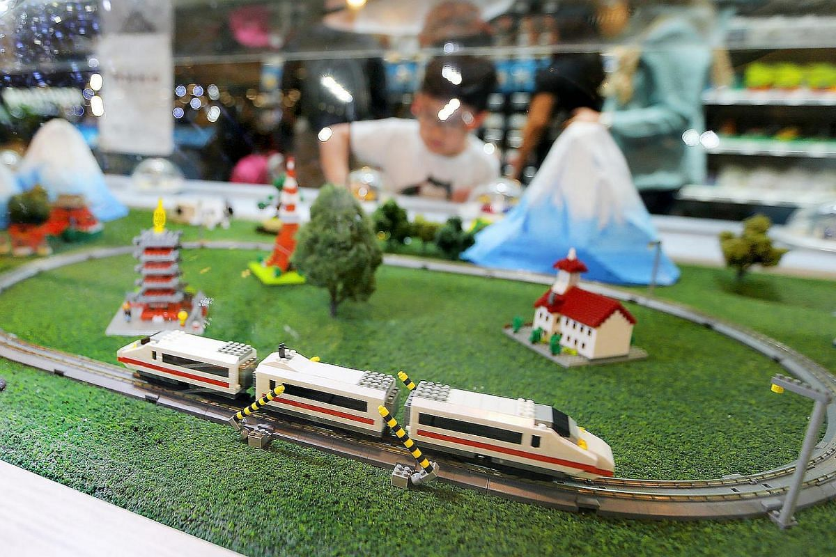 The nanoGauge train, modelled after Japan's most famous train, the shinkansen bullet train, moving around a railway track.
