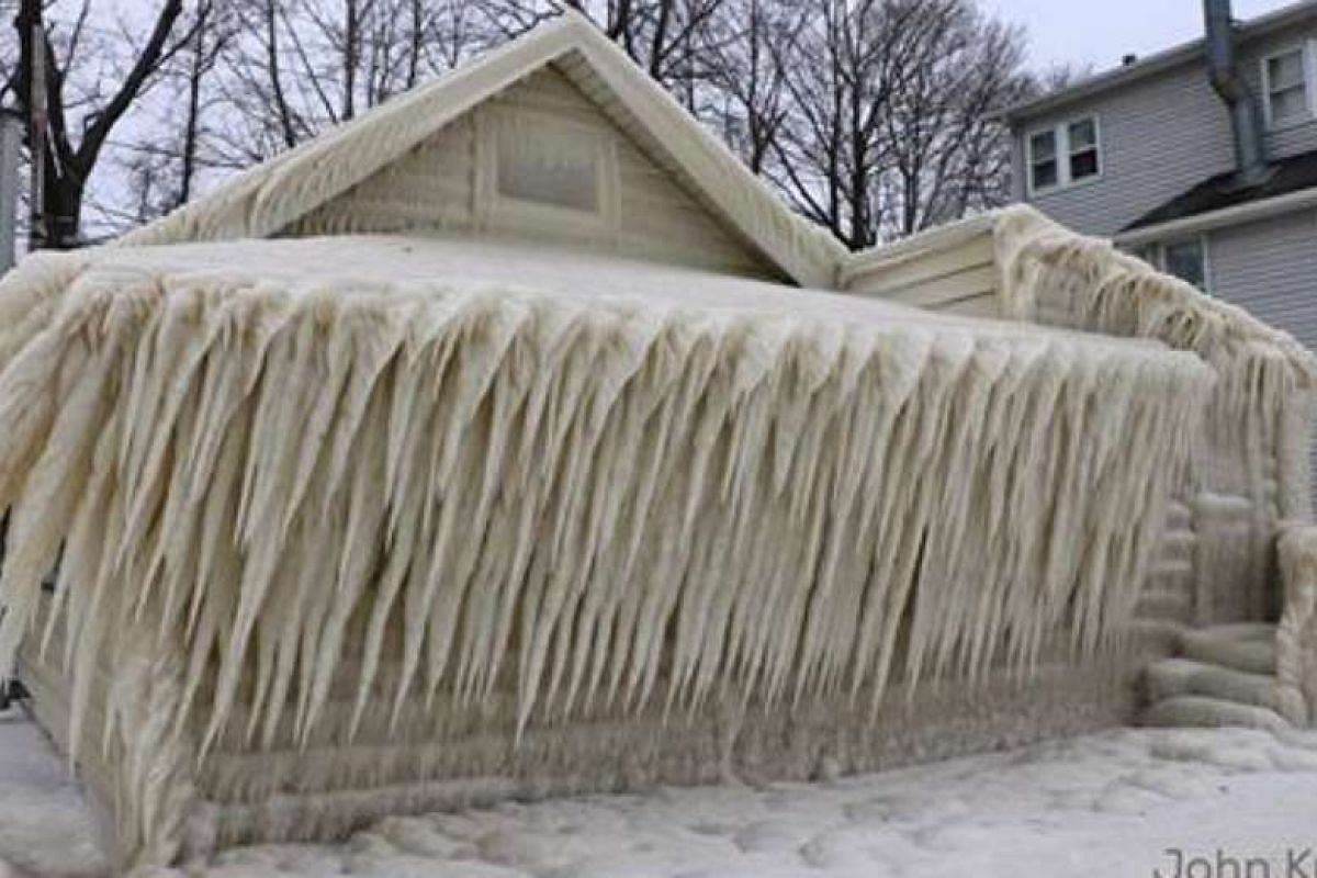 "A beach house on Lake Ontario in upstate New York turned into an ""ice"" house."
