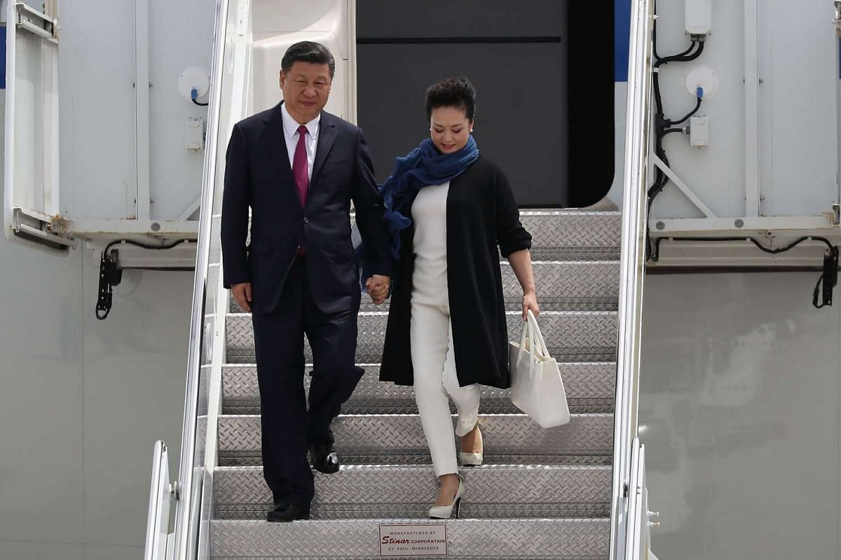 Chinese President Xi Jinping (left) and First Lady Peng Liyuan arriving at Palm Beach International Airport, on April 6, 2017.