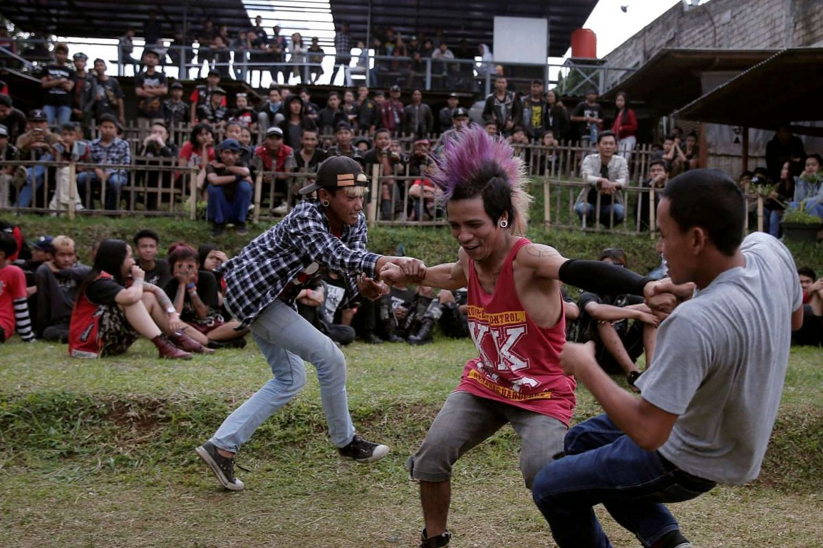 Punk community members dance during a punk music festival in Bandung, Indonesia West Java province, March 23, 2017. Picture taken March 23, 2017. PHOTO: REUTERS