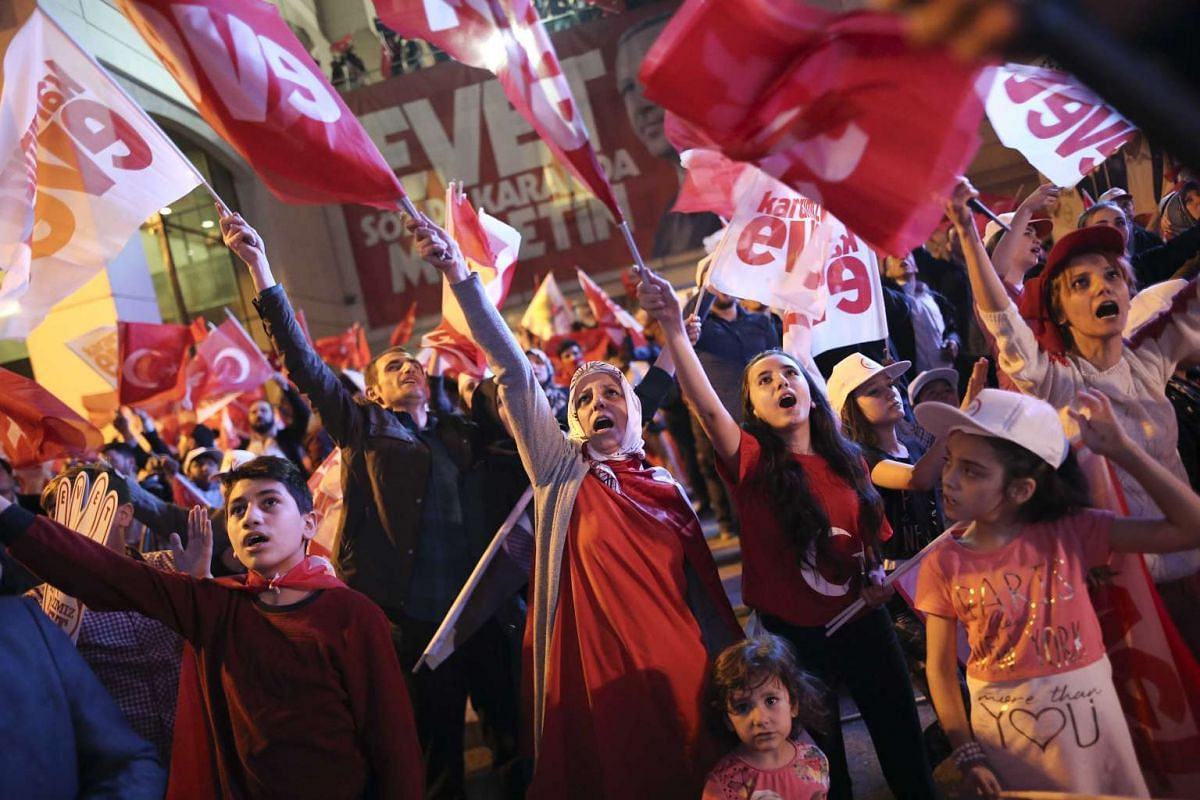 Supporters of Turkish President Tayyip Erdogan celebrate at the AK party headquarters in Istanbul, Turkey, April 16, 2017. PHOTO: REUTERS