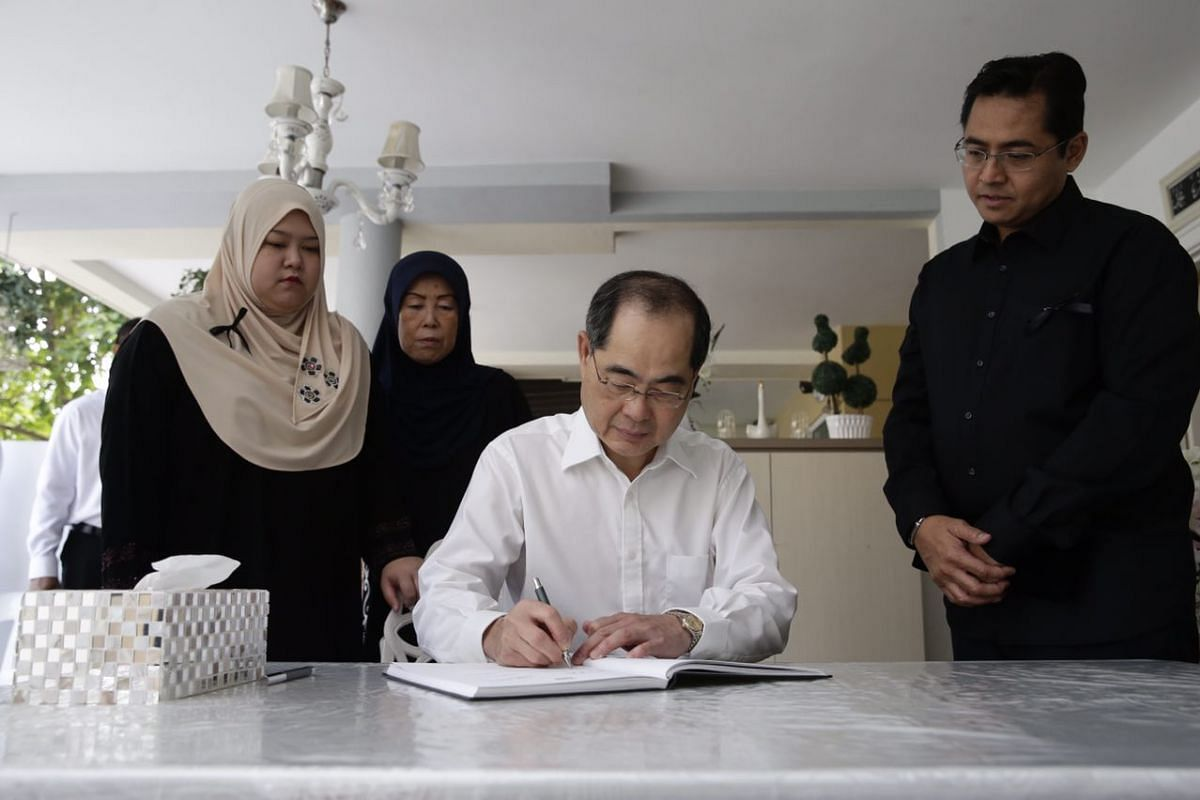 Minister for Trade and Industry (Trade) Lim Hng Kiang signing the condolence book.