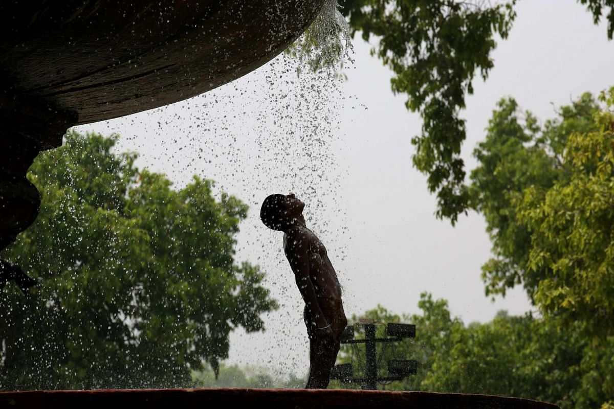 An Indian boy takes bath in an ornamental fountain on a hot summer day in New Delhi, India, April 18, 2017. According to weather reports, Delhi is experiencing severe heat wave with temperatures hovering around 41 degrees Celsius mark. PHOTO: EPA