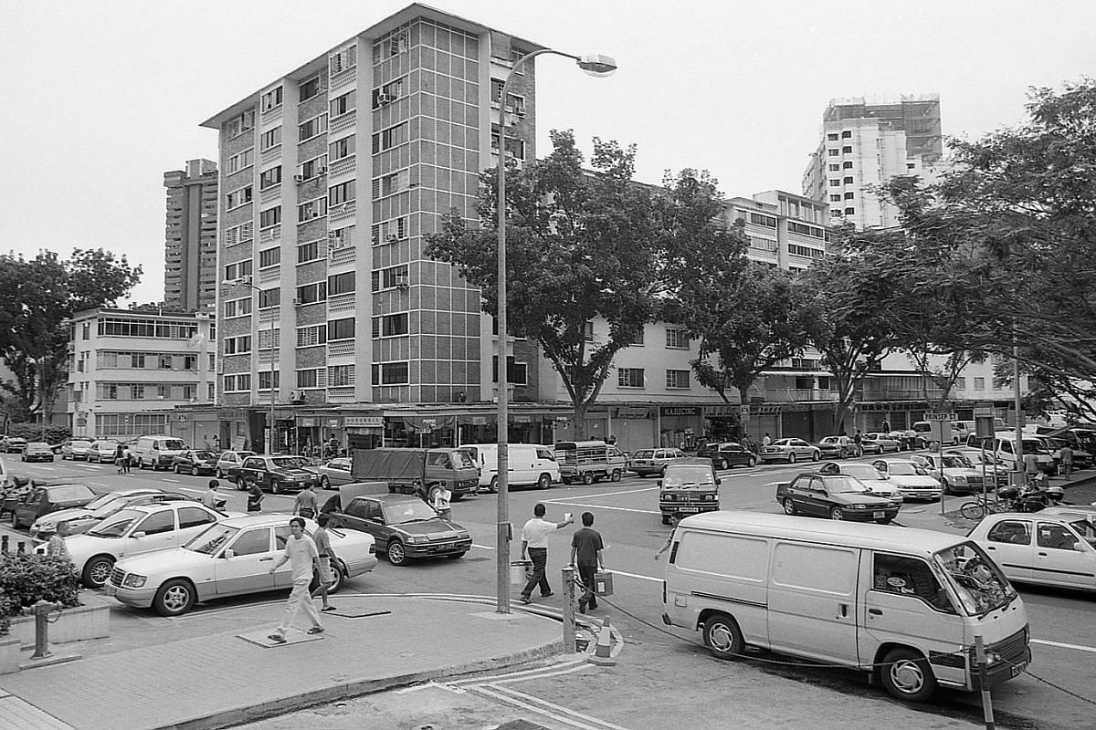 Duchess Estate town square in November 2000. The SIT's construction of Duchess Estate in Queenstown began in 1954 and was subsequently completed by HDB in the mid-1970s. In the commercial centre, Duchess Market was the first to open in 1960, followed