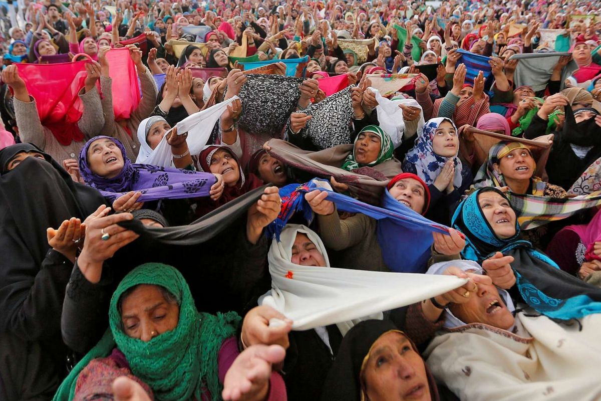 Kashmiri Muslim women pray upon seeing a relic believed to be hair from the beard of Prophet Mohammed during Meeraj-un-Nabi, a festival which marks the ascension of Prophet Mohammed to Heaven, at the Hazratbal shrine in Srinagar, April 25, 2017. PHOT