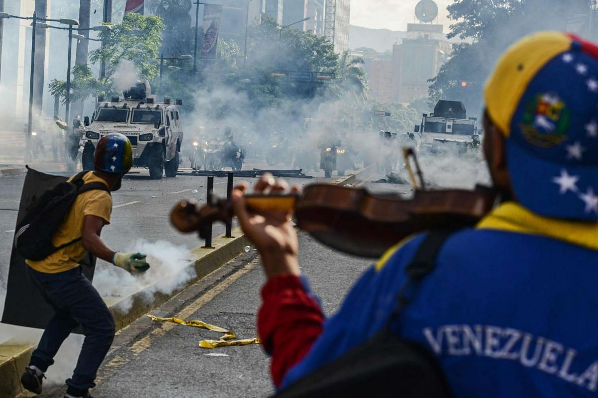 Opposition activists clash with riot police during a protest against the government of President Nicolas Maduro in Caracas on May 20, 2017. PHOTO: AFP