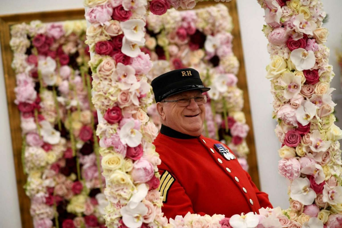 A Chelsea Pensioner looks at a display at the RHS Chelsea Flower show in London, Britain, ON May 22, 2017.