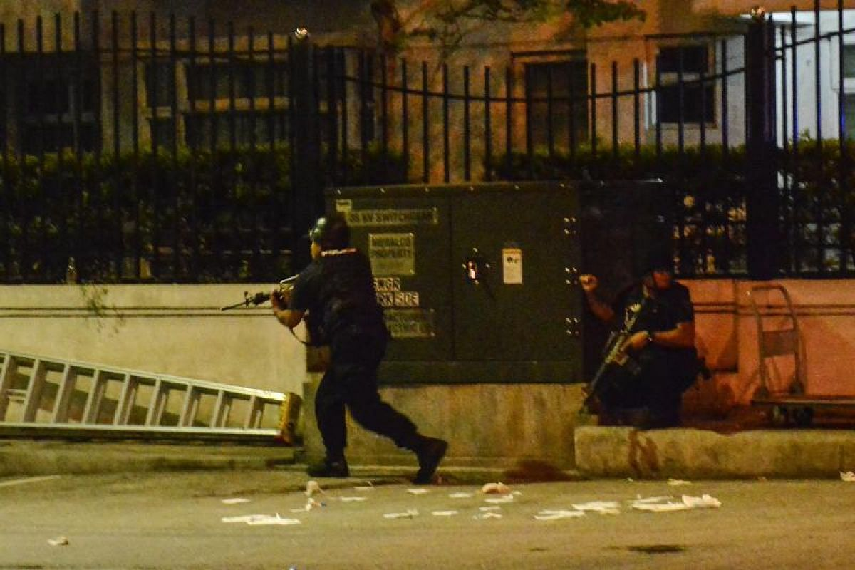 Filipino elite Police Special Weapons and Tactical (SWAT) personnel outside the Resort World Manila hotel.