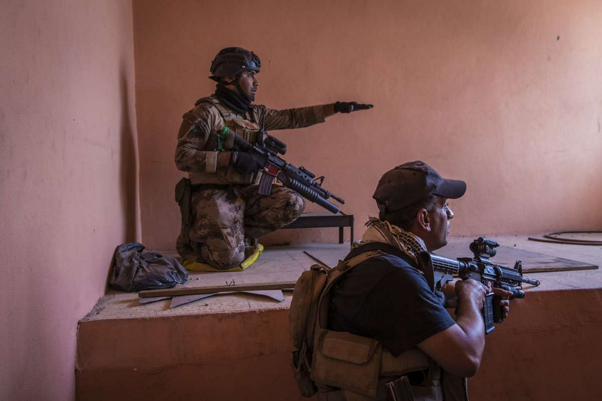 Iraqi special forces soldiers look at Islamic State positions near the front line in the Najar neighborhood of Mosul, Iraq on May 21, 2017.