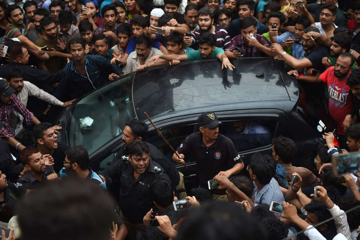 Supporters gather around the vehicls carrying Pakistan 's cricket captain Sarfaraz Ahmed upon his arrival from London in Karachi on June 20, 2017, after Pakistan's victory in the International Cricket Championship (ICC) Champions Trophy final against