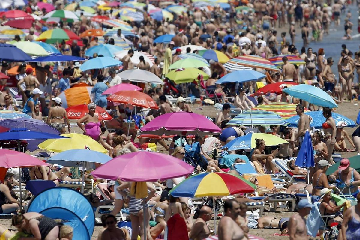 People crowd La Malvarrosa beach in Valencia, eastern Spain, June 17, 2017. Spanish meteorologist agency foresees suffocating heat in almost all the country with temperatures reaching 40 degrees Celsius in several provinces.