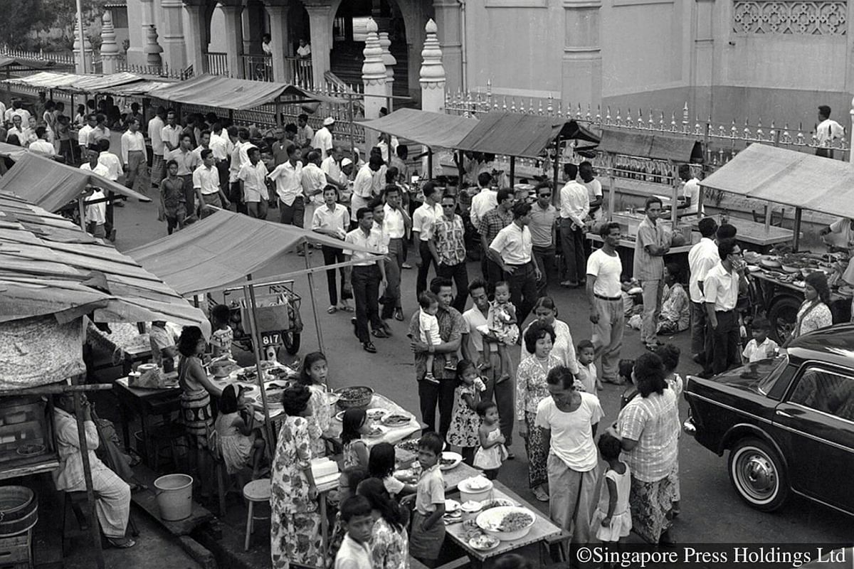 1965: Besides Geylang Serai, the Kampong Glam area is another place Muslims go to for their Ramadan and Hari Raya needs. Stalls set up at Bussorah Street sell a variety of food for iftar (break fast).