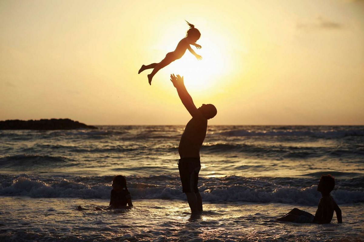 A Muslim man plays with his daughter along the shore of the Mediterranean Sea during the Muslim holiday of Eid al-Fitr, in Ashkelon, Israel June 26, 2017. PHOTO: REUTERS