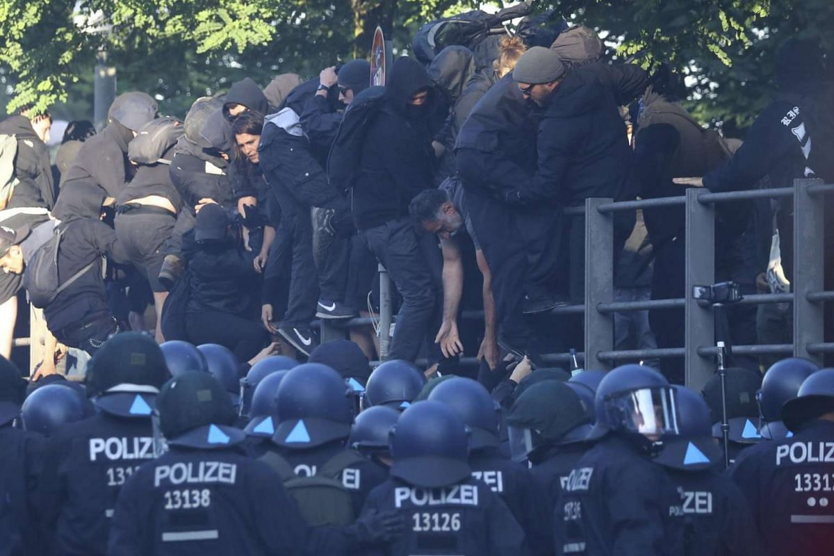 Anti-G-20 protesters run away from German police officers during clashes at an anti-G20 demonstration in Hamburg , Germany, on July 6, 2017.