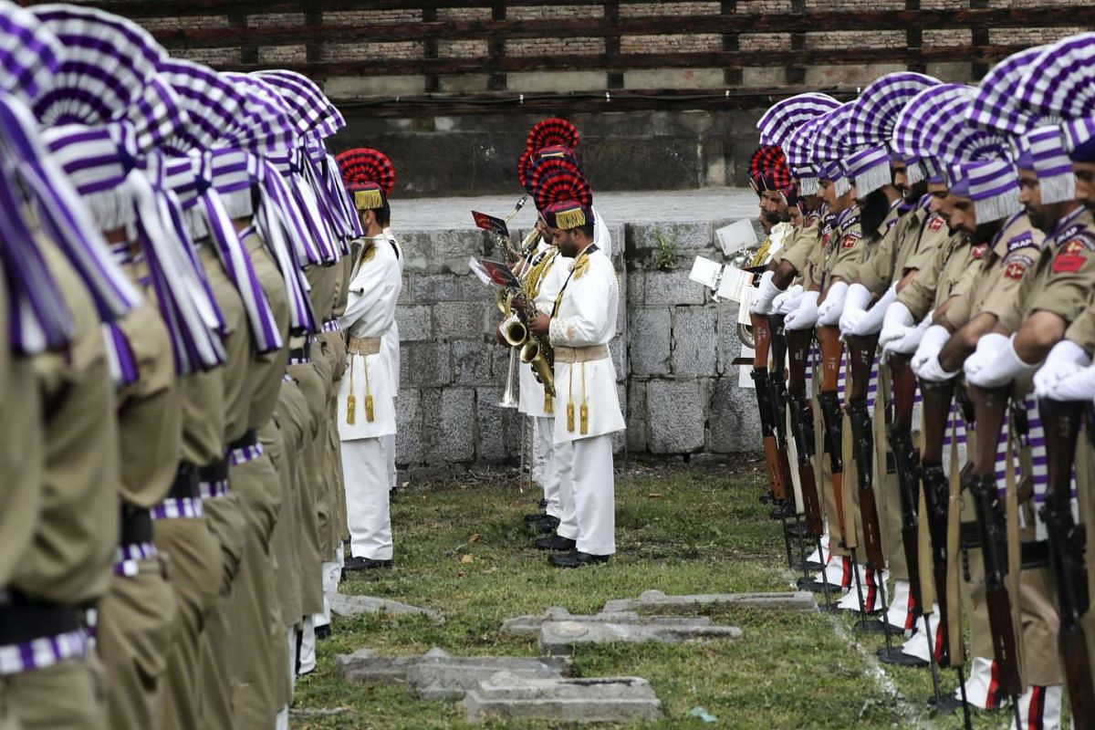 Indian policemen pay tribute during a ceremony marking Martyrs' Day at Mazar-e-Shuhada (Martyr's graveyard) in Srinagar, the summer capital of Indian Kashmir, July 13, 2017. Martyrs' day is held to pay homage to 22 civilians killed in 1931 by the tr