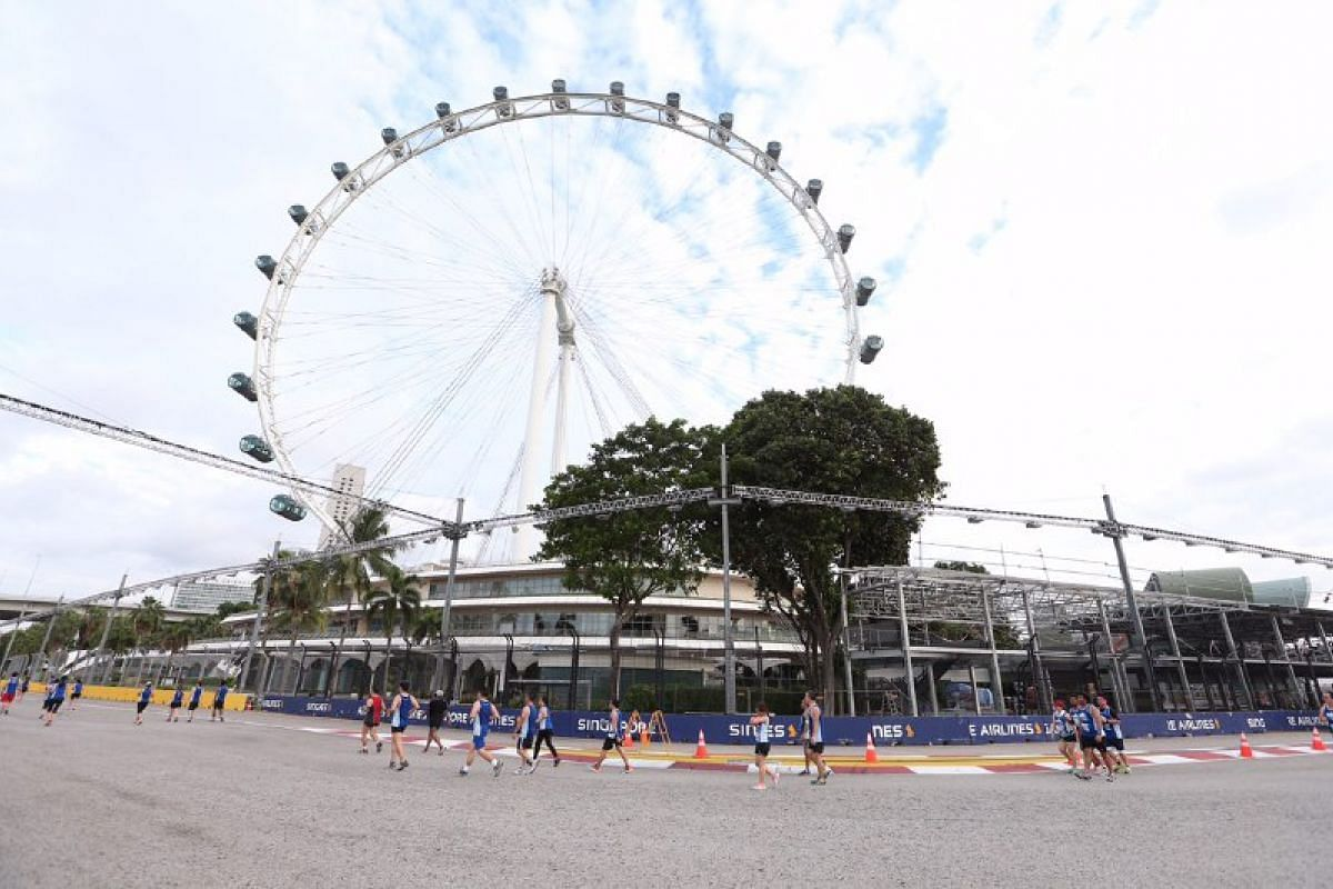 The 10km runners at the F1 Pit Building and Singapore Flyer.